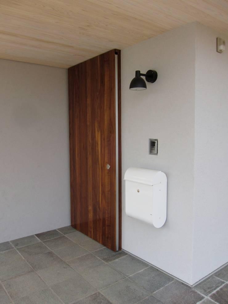 玄関扉: アトリエ・アースワークが手掛けた窓&ドアです。,