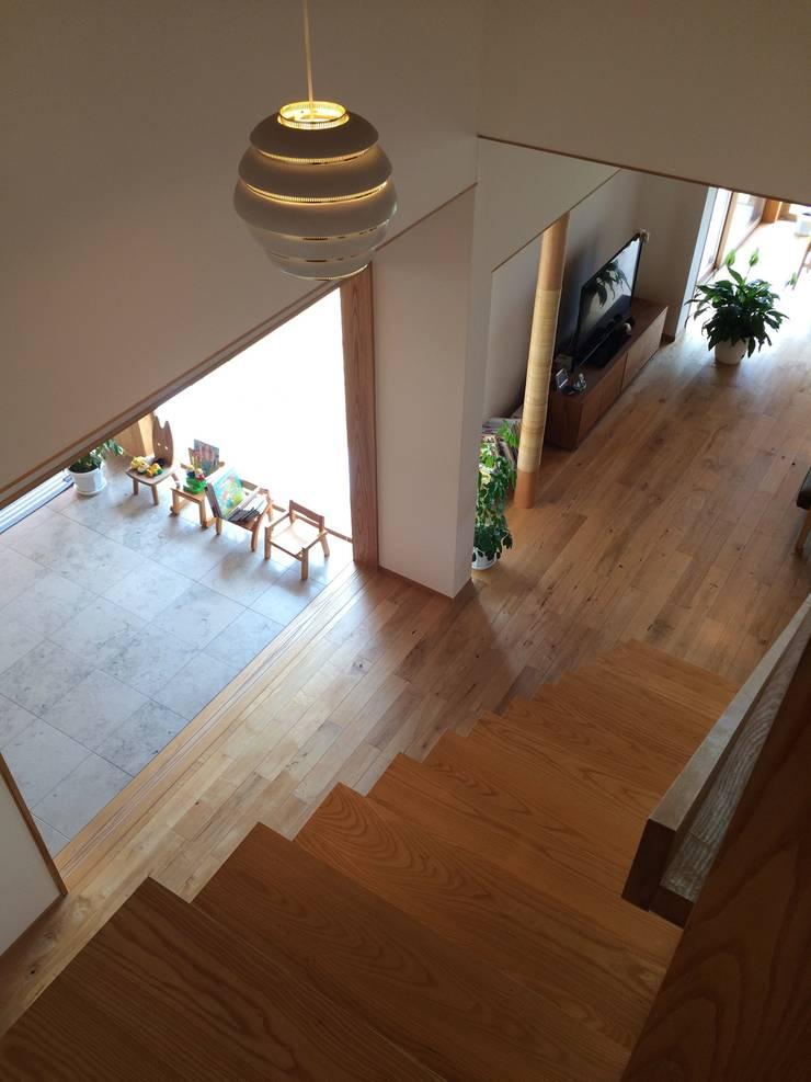 階段: アトリエ・アースワークが手掛けた廊下 & 玄関です。,