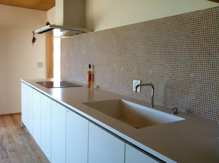 villa azumino わたしの家: アトリエ・アースワークが手掛けたキッチンです。,