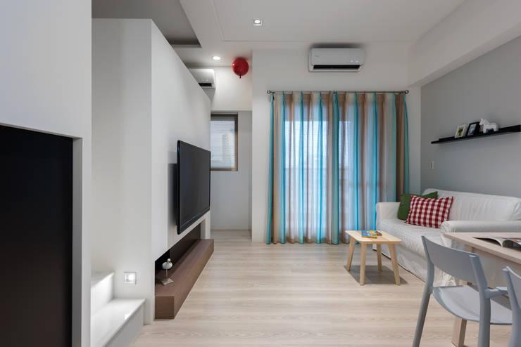 scandinavian Living room by 倍果設計有限公司