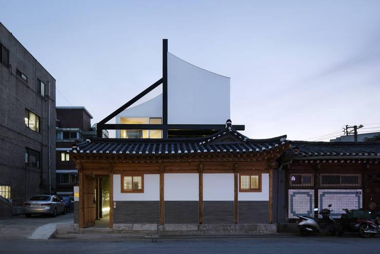 규제와 개발: CoRe architects의  주택