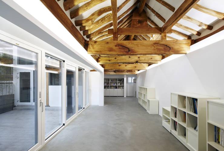 신설동 한옥 증축 리모델링: CoRe architects의  복도 & 현관