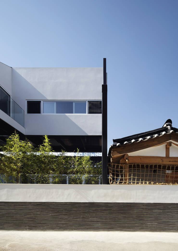 신설동 한옥 증축 리모델링: CoRe architects의  주택