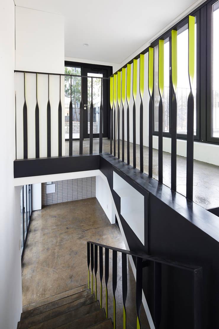 원남 206 쉐어하우스: CoRe architects의  벽,