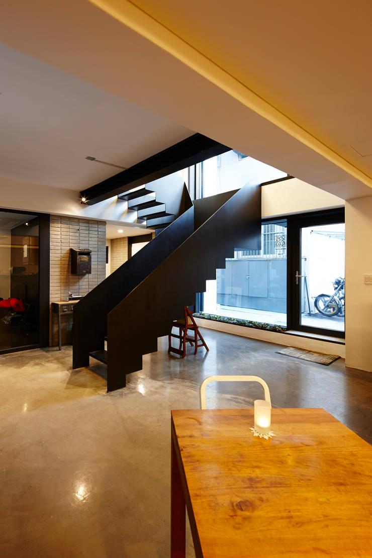 원남 206 쉐어하우스: CoRe architects의  복도 & 현관,