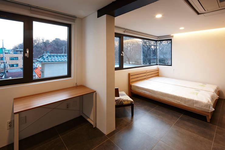 원남 206 쉐어하우스: CoRe architects의  방,