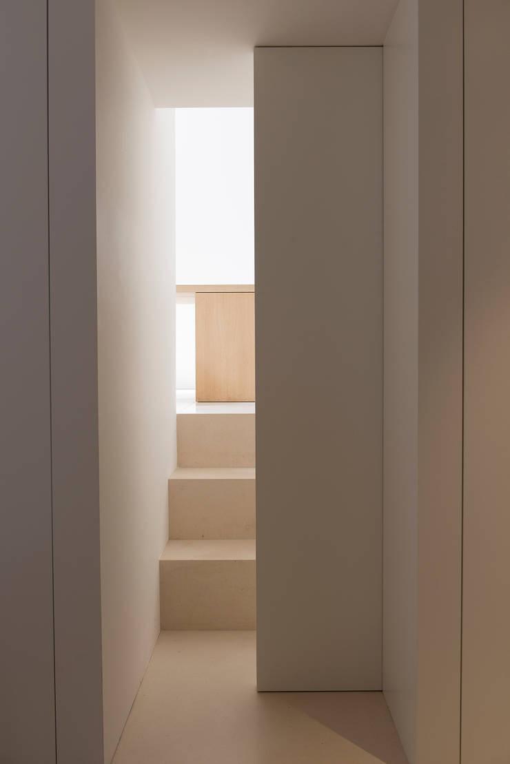 Staircase - Sliding Door:  Gang, hal & trappenhuis door Jen Alkema architect