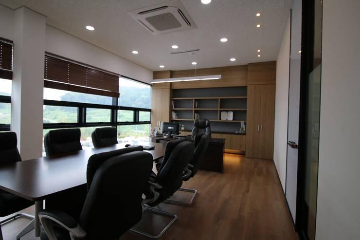 des office: 길 디자인 스튜디오 GIL DESIGN STUDIO의  회사