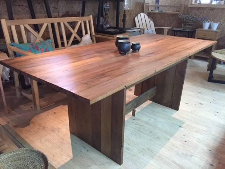 Mesa de madera: Comedor de estilo  por Surdeco