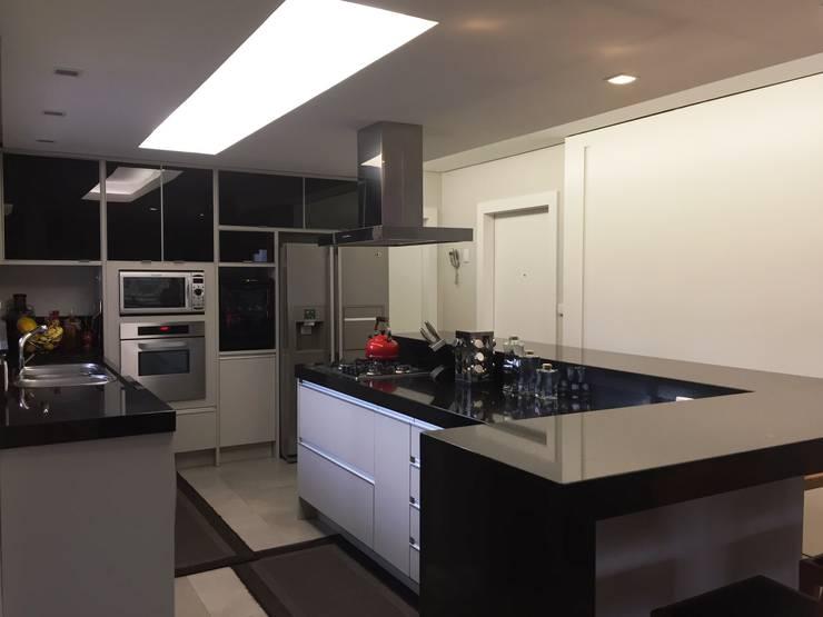Boa iluminação: Cozinhas modernas por daniela kuhn arquitetura