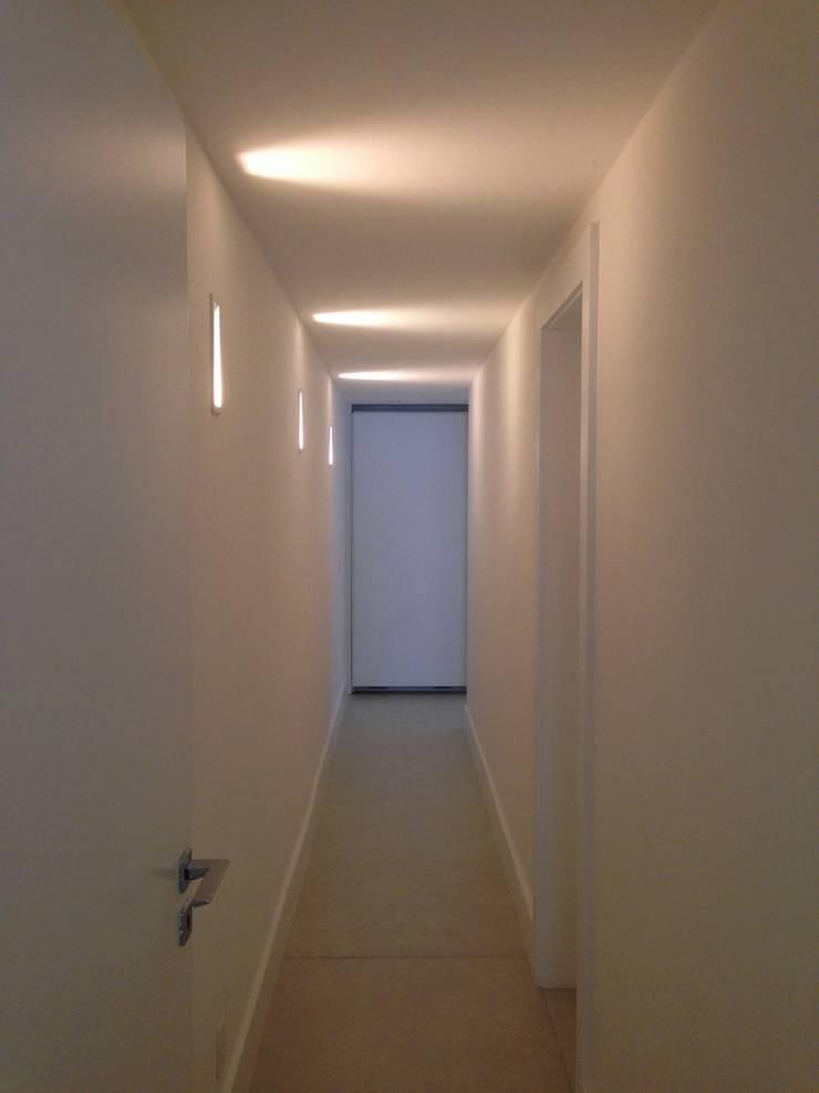 Couloir et hall d'entrée de style  par daniela kuhn arquitetura, Moderne