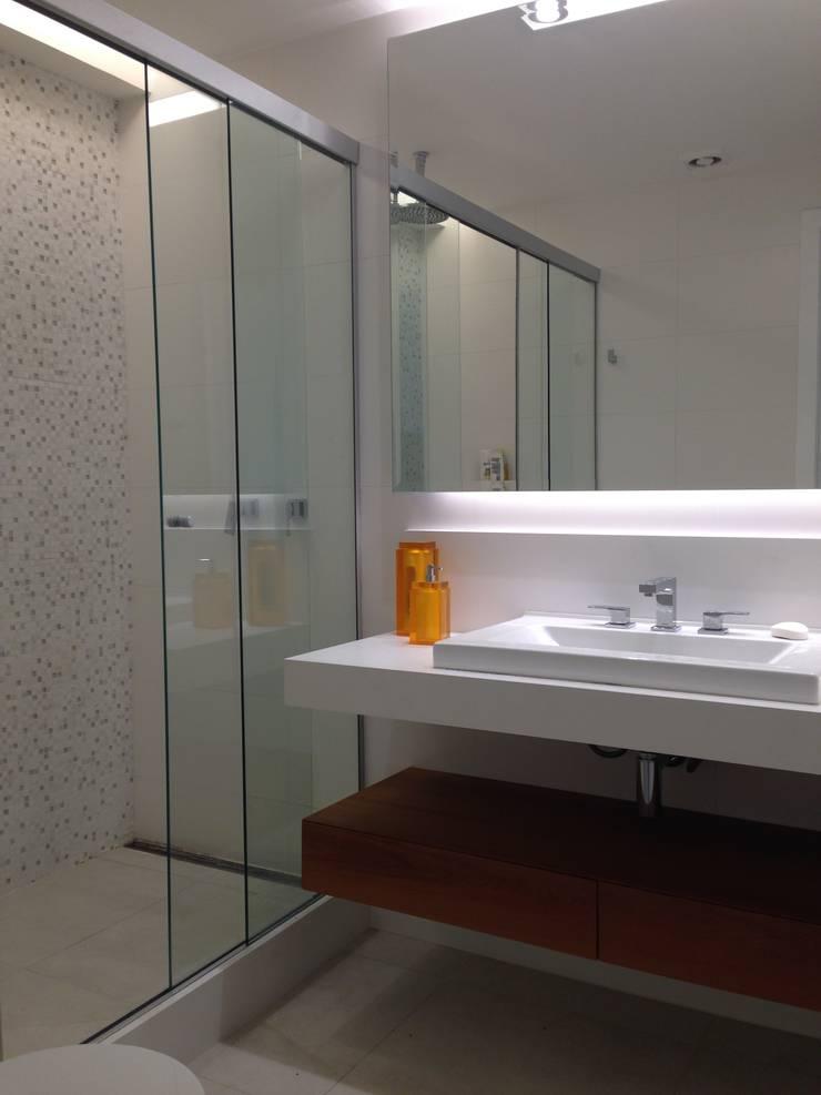 Salle de bains de style  par daniela kuhn arquitetura, Moderne