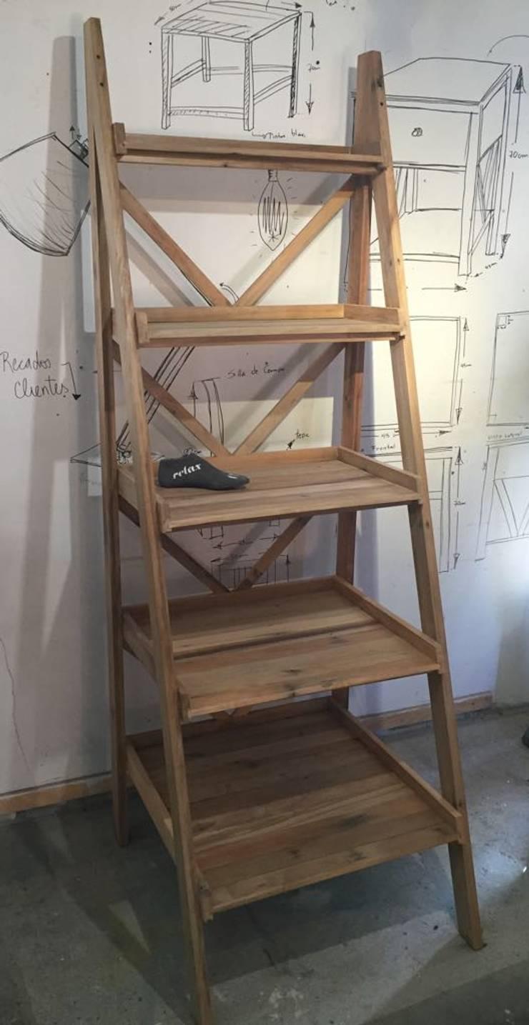 Repisa tipo escalera: Recámaras de estilo  por Surdeco