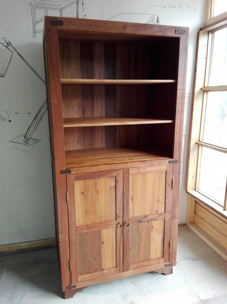 Alacena o armario en madera nativa reciclada: Comedor de estilo  por Surdeco