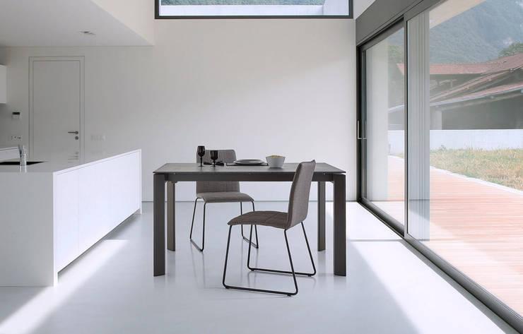 Cocina moderna con mesa cerámica: Cocina de estilo  de somcasa