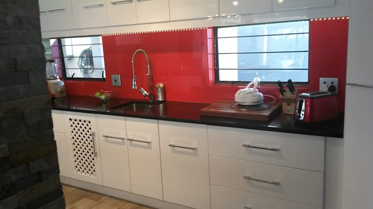 Modern gloss kitchen:  Kitchen by SCD Kitchens