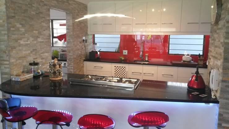 Modern gloss kitchen:  Kitchen by SCD Kitchens
