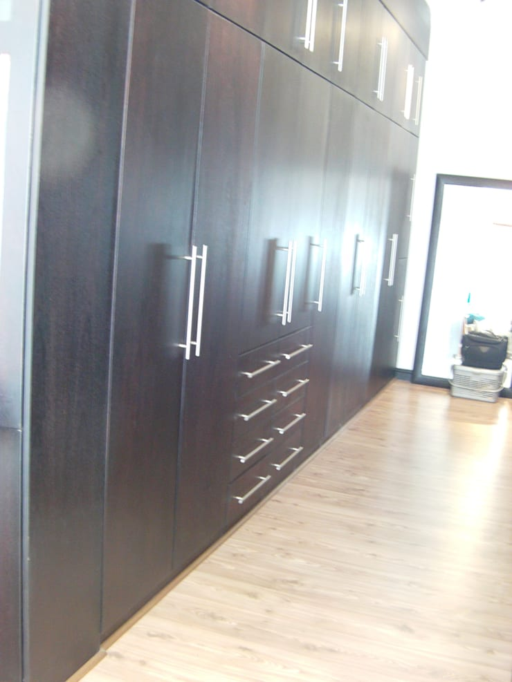Build in Cupboard:  Bedroom by SCD Kitchens, Classic Wood Wood effect