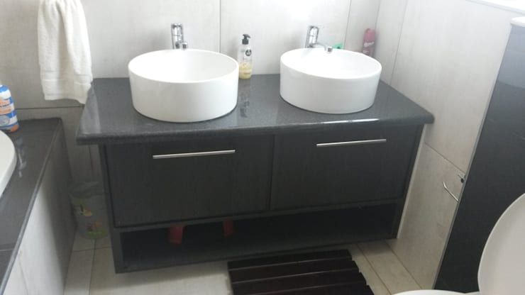 Bathroom Vanity:  Bathroom by SCD Kitchens