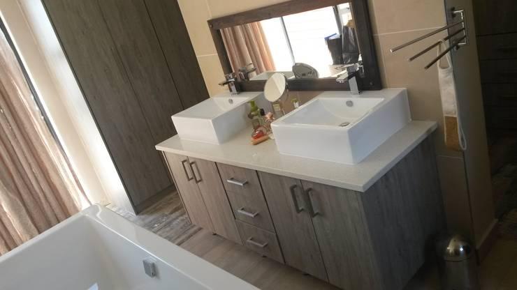Bathroom Vanities:  Bathroom by SCD Kitchens