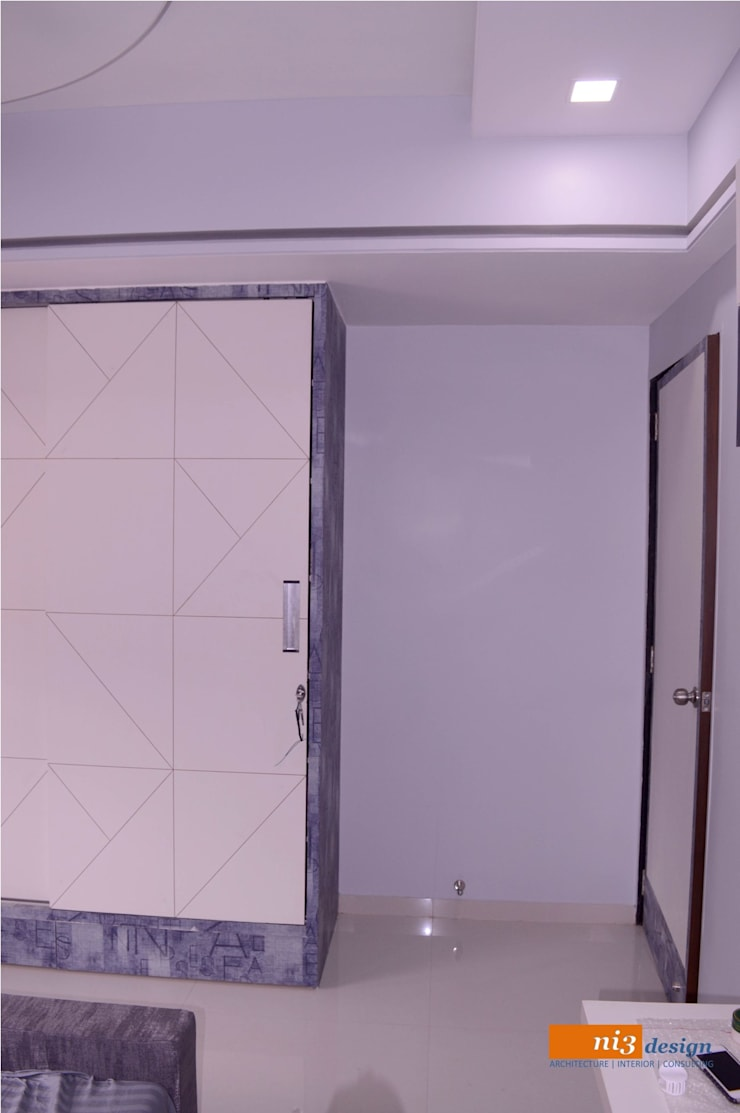blues and whites.. wardrobe design with groove pattern:  Bedroom by ni3design