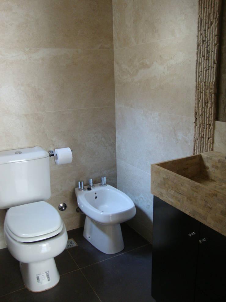 REMODELACION Y AMPLIACION DEPARTAMENTO EN VILLA LURO – CABA: Baños de estilo  por Arquitecta MORIELLO
