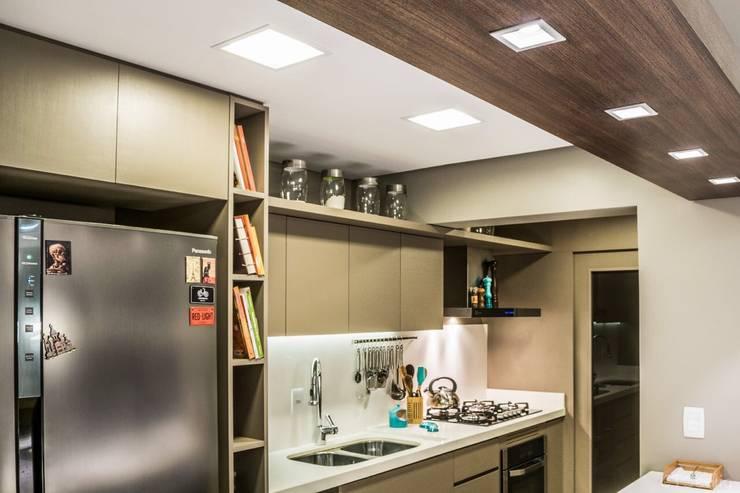 apartamento zona sul: Cozinhas  por marianaseeligalthaus
