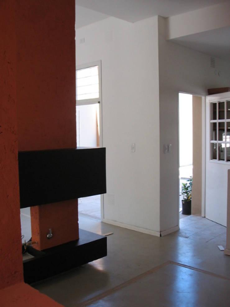 CONSTRUCCION CASA EN VICENTE LOPEZ, BUENOS AIRES: Livings de estilo  por Arquitecta MORIELLO