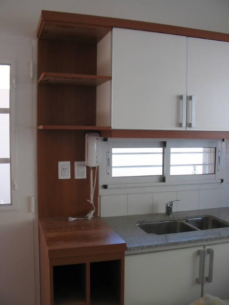 CONSTRUCCION CASA EN VICENTE LOPEZ, BUENOS AIRES: Cocinas de estilo  por Arquitecta MORIELLO
