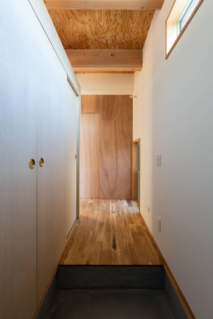 Pasillos y vestíbulos de estilo  de coil松村一輝建設計事務所, Minimalista Contrachapado