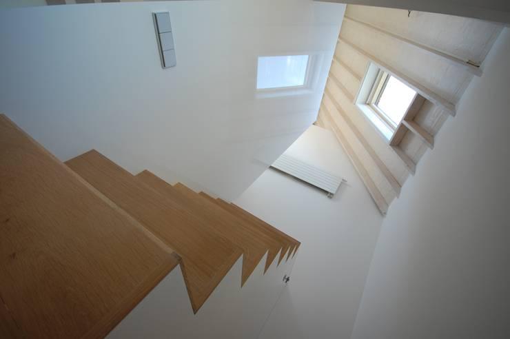 centrale trap:  Gang en hal door ARK+, Modern