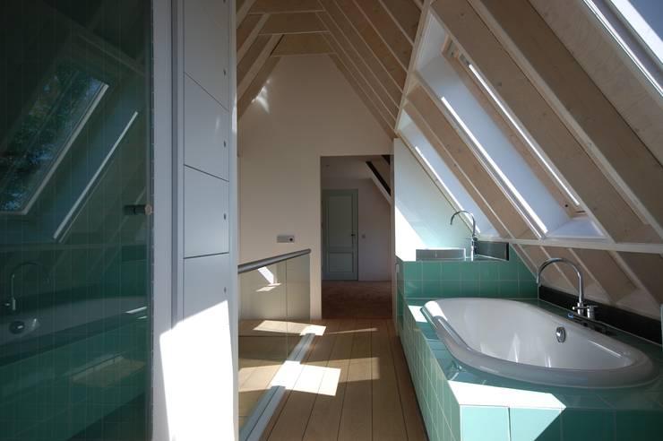 open badkamer:  Badkamer door ARK+, Modern