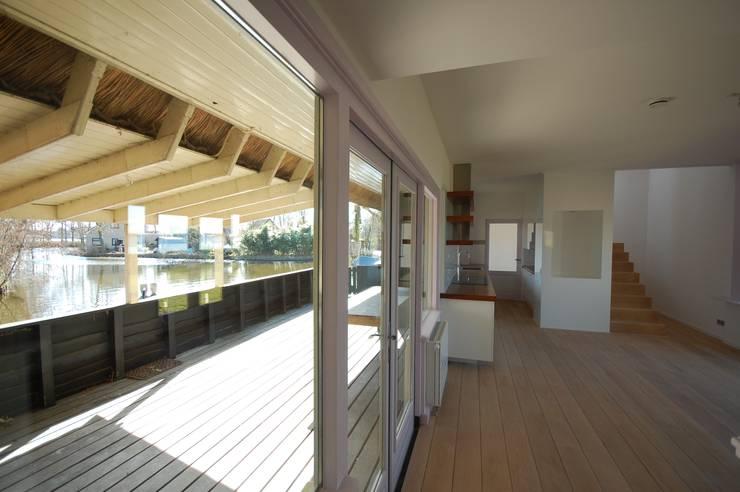 terras en keuken:  Eetkamer door ARK+, Modern