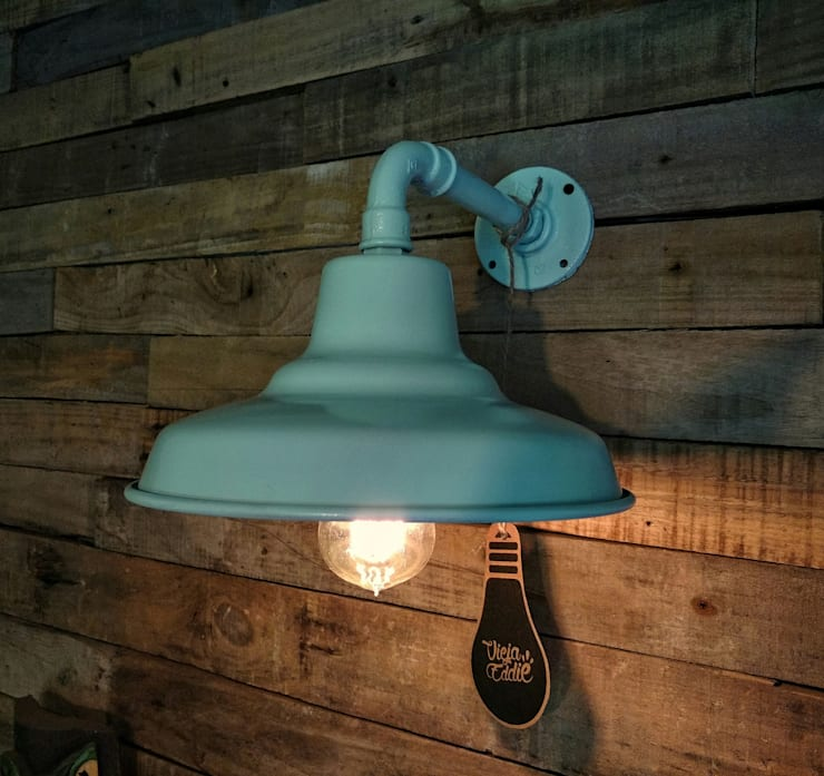 Lámpara Galponera De Pared: Livings de estilo  por Lamparas Vintage Vieja Eddie