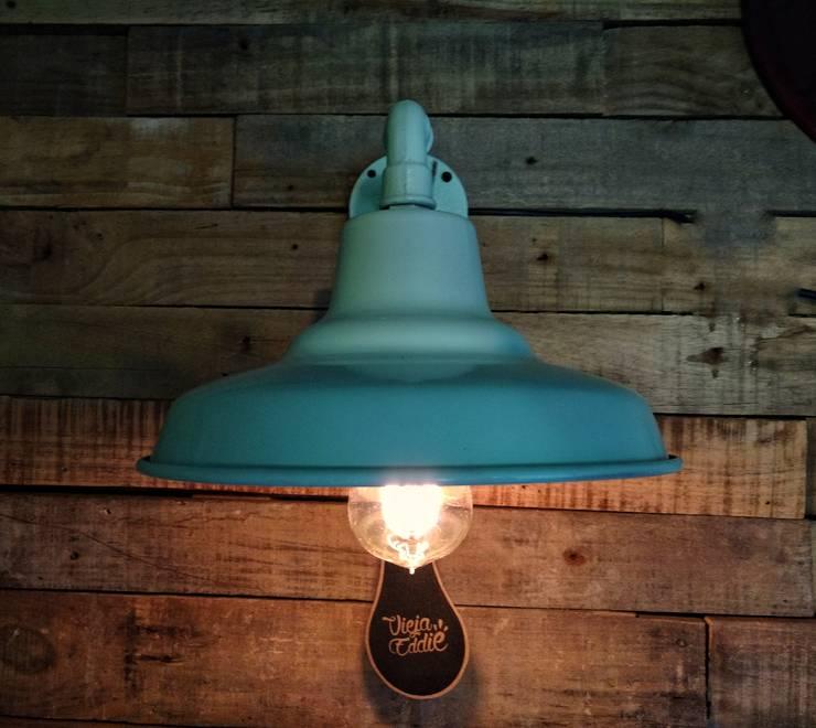 Galponera Iluminacion Pared Palets: Paredes y pisos de estilo  por Lamparas Vintage Vieja Eddie