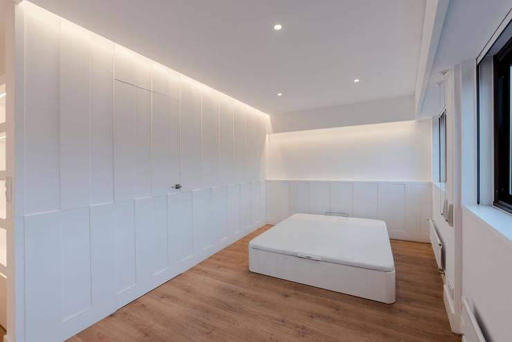 Camera da letto in stile  di Irrazábal |studio|