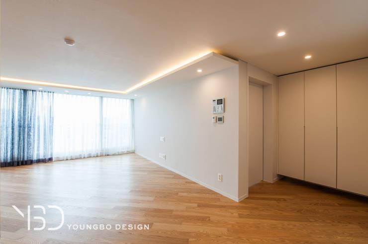 은은한 간접조명의 거실: 영보디자인  YOUNGBO DESIGN의  거실,모던