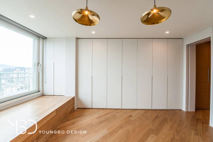 가족실 : 영보디자인  YOUNGBO DESIGN의  서재 & 사무실,미니멀