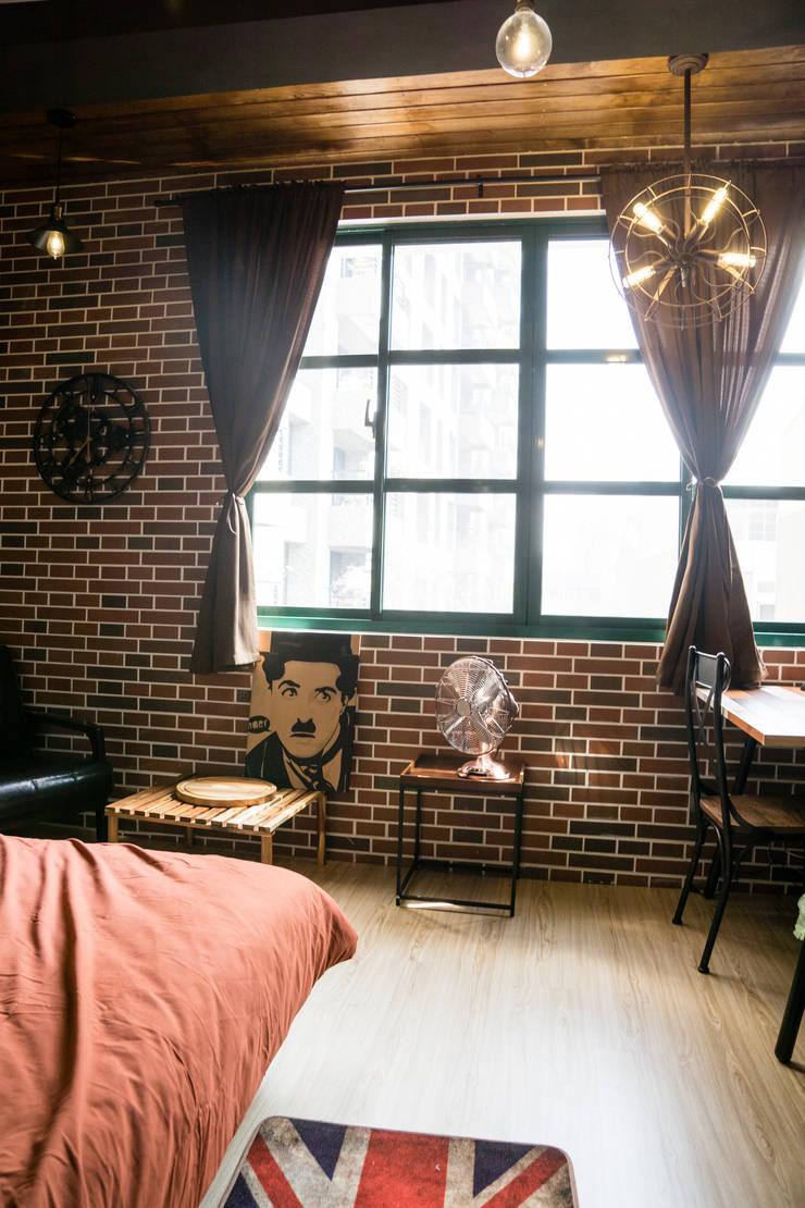 與磚牆配合的各式復古家具:  臥室 by Lee Design International 空間&室內設計
