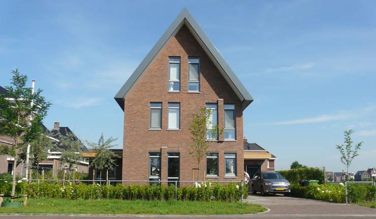 Woning Waterrijk Woerden:  Huizen door Architectenbureau van den Hoeven b.v., Modern Steen