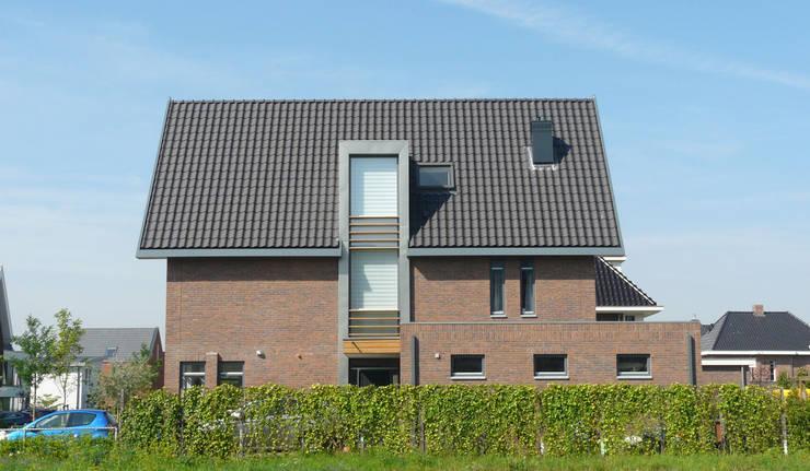 Woning Waterrijk Woerden:  Huizen door Architectenbureau van den Hoeven b.v., Modern