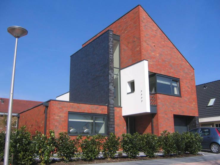 Woning De Balije, De Meern:  Huizen door Architectenbureau van den Hoeven b.v., Modern