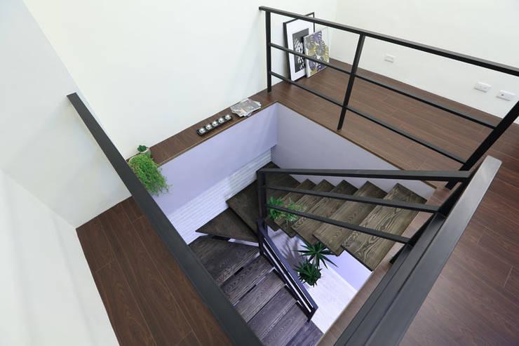 向美式經典致敬--二十年老屋新個性:  走廊 & 玄關 by 微自然室內裝修設計有限公司