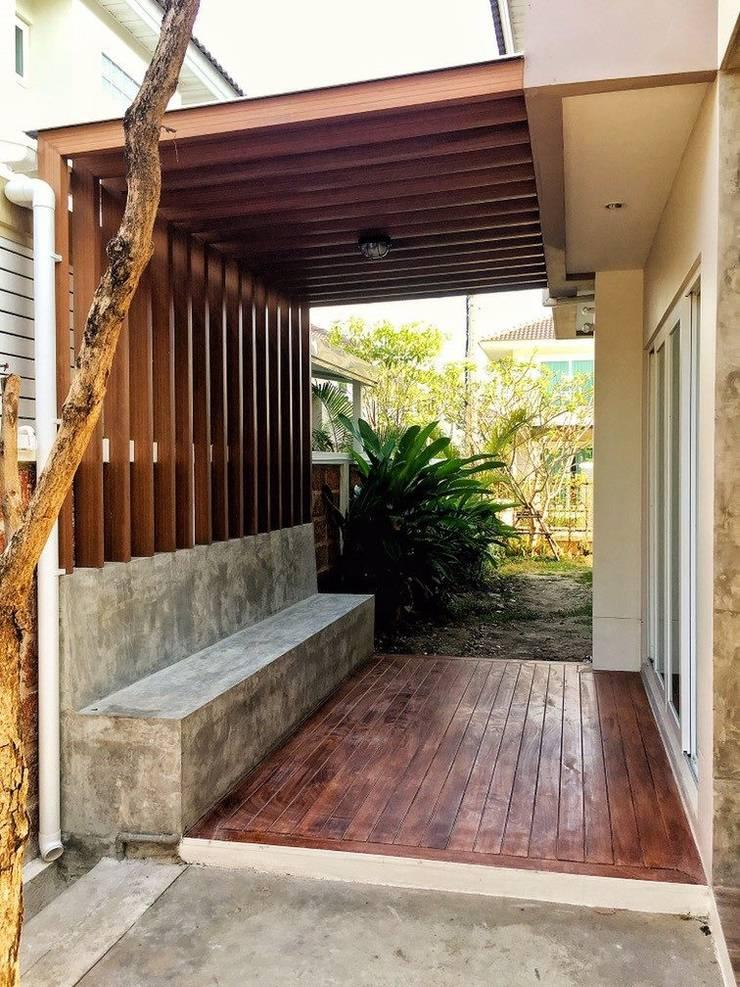 Supalai Prema Villa -Phaholyothin 50- ต่อเติมพื้นไม้ระแนงข้างบ้าน :   by OA66 Architect