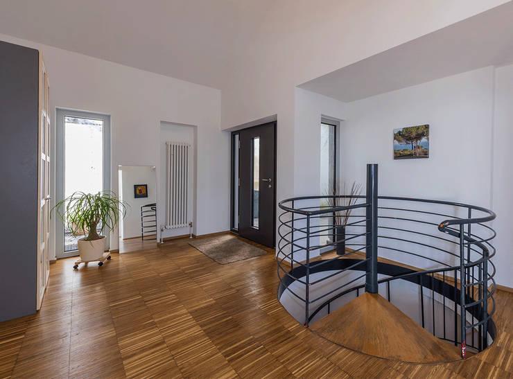 Corridor & hallway by KitzlingerHaus GmbH & Co. KG
