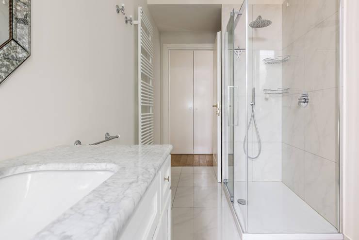 VIALE ABRUZZI: Bagno in stile  di NOMADE ARCHITETTURA E INTERIOR DESIGN