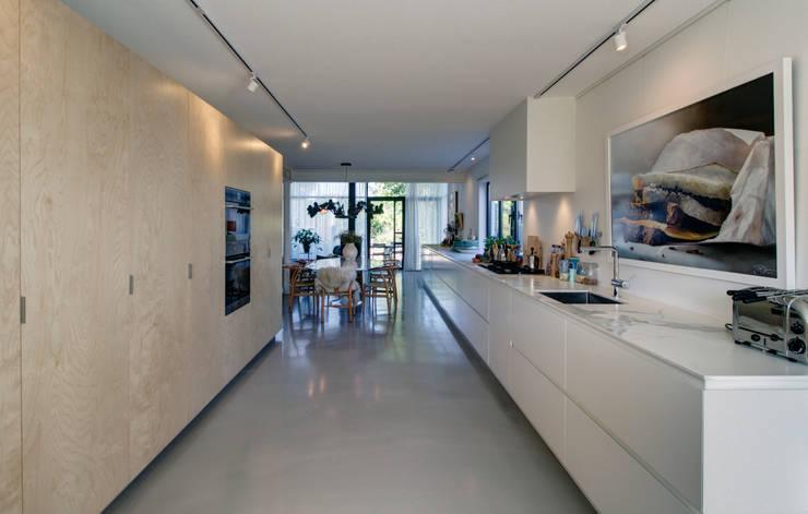 woonhuis H te Heythuysen:  Keuken door CHORA architecten, Modern