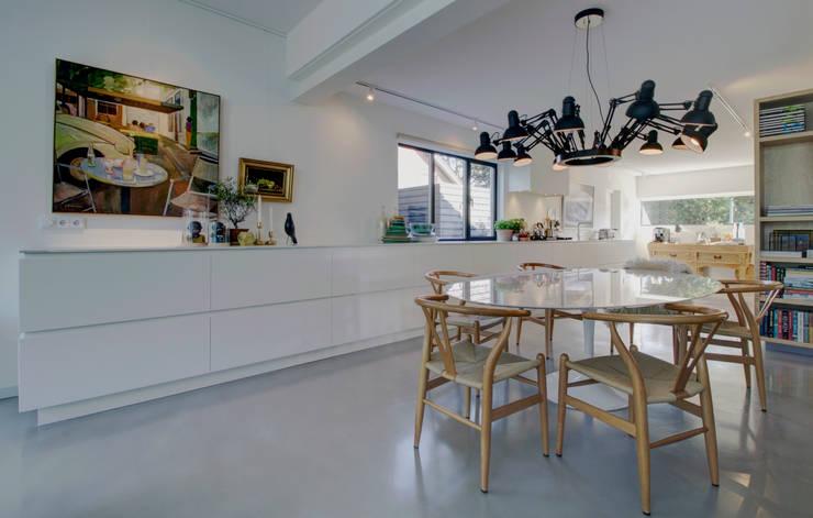 woonhuis H te Heythuysen:  Eetkamer door CHORA architecten, Modern