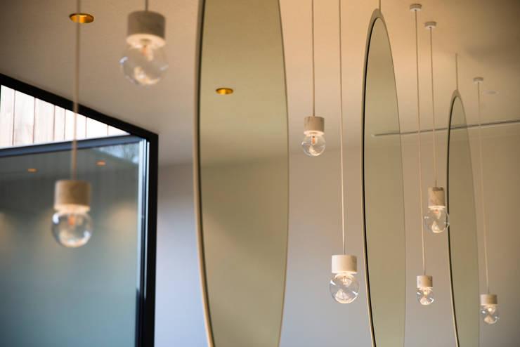 NAAR DE KAPPER:  Kantoor- & winkelruimten door VIVA Architecture, Modern Hout Hout