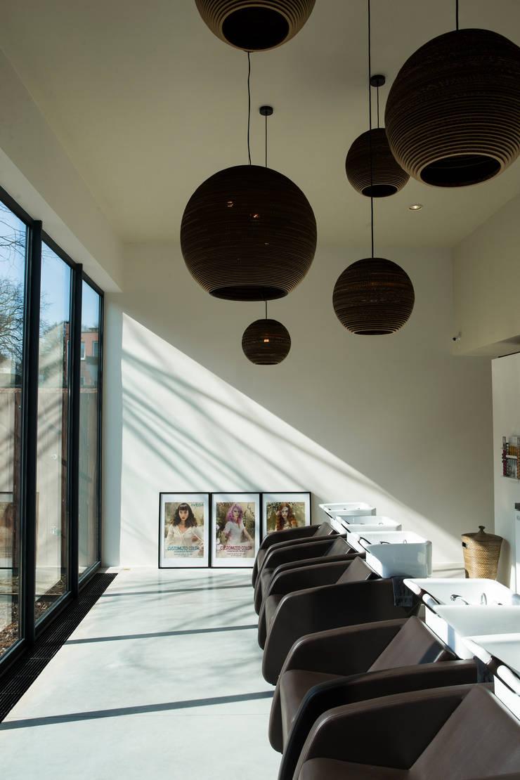 NAAR DE KAPPER:  Kantoor- & winkelruimten door VIVA Architecture, Modern Beton